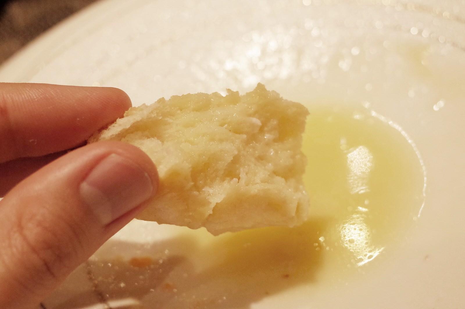 ソースをひたして食べるパン